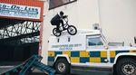 Fernando Laczko und Ed Zunda haben sich im Auftrag von Monster Energy auf den regnerischen Straßen von Belfast umgesehen.