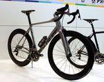 Parlee hat in diesem Jahr auch das ESX R auf der Eurobike vorgestellt. Es ist offensichtlich etwas günstiger als das bekannte ESX Aero-Bike. Genauso wie das Altum R wiegt das ESX R auch ungefähr 100g mehr. Bei diesem Bike geht es um Steifigkeit und Aerodynamik.