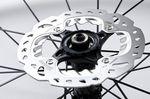 Die meisten Bikebauer arbeiten an ihren Rennrädern mit 140-mm-Disc-Rotoren (siehe Foto). Chris Boardman glaubt aber, dass 160-mm-Rotoren geeigneter sind.