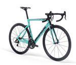 Das neue Bianchi Aria soll genau richtig für diejenigen sein, die ein sportliches Rennrad suchen, dass auch für den ein oder anderen Triathlon geeignet ist.