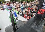 Die Ü40-Fraktion wollte es bei BMX Cologne 2015 im Kölner Jugendpark noch einmal wissen: Veranstalter Stephan Prantl (links) und Zweiradgott Axel Reichertz beim Synchronabubaca; Foto: Leon Haferkamp