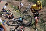 Hier sieht man Fabian Cancellara direkt nach dem spektakulären Massensturz. Im Hintergrund liegt das gelbe Trek Domane im Graben. (Foto: ASO)