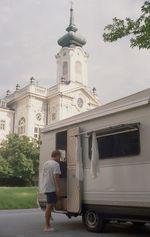 Vor einer Kirche in Salzburg während Tom dort den Gottesdienst besucht hat