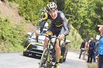 Romain Sicard nimmt im Kampf gegen den Steigungsgradienten eine ungewöhnliche Haltung ein. Foto: Sirotti