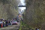 Paris-Roubaix 2016: Die Spitzengruppe fährt in den Forst von Arenberg ein. Foto: Sirotti