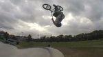Leon Hoppe hat in Neuss vorbeigeschaut, um im Skatepark im Rennbahnpark kopfüber in der Luft zu hängen und dem Grindgenuss zu frönen.