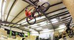 Seit acht Jahren fährt Drew Bezanson mittlerweile für DK Bicycles. Um das Dienstjubiläum gebührend zu feiern, gab es eine Session auf den firmeneigenem Rampenfuhrpark.
