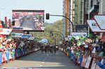 Ein Bild, was man auf der Vuelta a España selten sieht: Ein Kampf um den Sieg im Massensprint zum Ziel. (Foto: Sirotti)