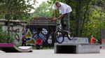 Die beiden Superfreunde Daniel Tünte und Moritz Nußbaumer zerpflücken in diesem Video den semi-provisorischen Skateplaza im Berliner Mellowpark.