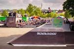 James Jones schraubt sich mit einem 360 double Tailwhip über die Jumpbox