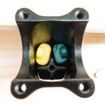 Die gewünschten Federelemente werden in den Vorbau eingesetzt. Das kreuzförmige Hebelelement bewegt sich bei Last nach oben und komprimiert die Elastomere. Die kleinen Ösen an den Elementen erlauben es, sie zum Wechsel aus dem Vorbau zu angeln, beispielsweise mithilfe eines Inbusschlüssels.