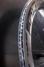 Felgen für Tubeless-Reifen sind ebenfalls mit Felgenhörnern ausgestattet, verfügen aber über eine spezielle Abdichtung des Felgenbetts und des Ventils. Tubeless-Ready-Laufräder können sowohl mit schlauchlosen Reifen, als auch mit herkömmlichen Drahtreifen betrieben werden.
