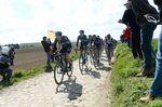 Paris-Roubaix 2016: Ellia Viviani (ganz vorn) wurde später von enem Begleitmotorrad angefahren und musste ins Krankenhaus. Foto: Sirotti