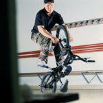 Wer Kevin Nikluskis Interview in unserer Jubiläumsausgabe gelesen hat, weiß, dass Daniel Fuhrmann vom kunstform BMX Shop Anfang der 2000er Jahre einer der besten und erfolgreichsten Flatlander Deutschlands war. Daniel fuhr von 2001 bis 2011 für KHEbikes und hatte während dieser Zeit einige Signatureprodukte