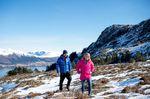 Trailrunning in den Bergen - Pinke Berghaus Damen Jacke & Blaue Berghaus Herren Jacke