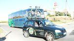 Für die ersten 100 Kilometer begleiteten Fotografen und Journalisten Jonas Deichmann in diesem Fahrzeug des FPCUB.
