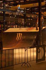 Daniel Ralle Juchatz macht einen Kickout über die Jumpbox beim Vans rebeljam
