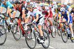 Nachdem Zwillingsbruder Adam die Nachwuchswertung der Tour de France 2016 gewinnen konnte, blieb das weiße Trikot durch den Sieg von Simon Yates in 2017 im Schoß der Familie. Bikesponsor Scott stellte Yates ein passendes schwarz-weißes Addict RC für letzte Etappe bereit. (Bild: Sirotti)