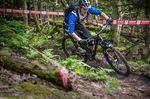 Über matschige Trails in Schottland heizen