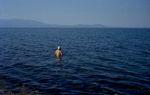 Badender alter Seefahrer in Griechenland