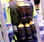 """Die sogenannte """"bottle vest"""" wird zwar nicht zu kaufen sein, ein Hingucker ist sie aber immer wieder."""