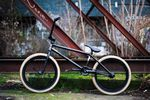 Bruno Hoffmann hat sein aktuelles Rad um einen Prototypen von der neuen Auflage seines Signaturerahmens aufgebaut. Und ja, das sind seine Predator-Reifen in desert tan.