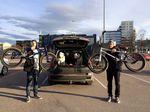 Egal wo Daniel und Tünte hinkommen, finden sie gleich neue Freunde –so auch auf dem Parkplatz des Norde Centrums in Tallinn