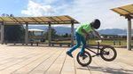 Hier sind zwei hammerharte Flatlandcombos, mit denen sich der achtjährige Takato aus Japan in nur 49 Sekunden in unsere Herzen gewirbelt hat.