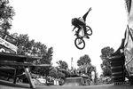 Max Hander mit einem Nohander vom Picknicktisch in die Landung der Chris-Moeller-Gedächtnisjumpbox