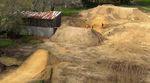 In der ersten Folge von Red Bull Dirt Dogs besuchen wir die Baustelle für die vielleicht größten Dirtjumps aller Zeiten in Jed Mildons Garten in Neuseeland.