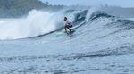Lena Stoffel genießt die Wellen auf Mentawai. Foto: GinGin Mentawai Surf Lodge