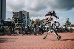 Der Start von Angelo Kurtz Auslandsjahr hat sich etwas nach hinten verschoben, also kam er kurzerhand nach Hannover, um auf seinem neuen Sunday-Rad 180s über einen E-Scooter zu machen