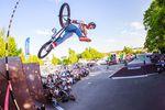 Tobias Freigang dehnt seinen Oberschenkel, bevor es mit dem Highest-Air-Contest losgeht