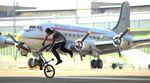 Der SIBMX-Teamfahrer Camilo Gutierrez wirbelt und gleitet in seinem neuen Video durch den stillgelegten Flughafen Berlin-Tempelhof.