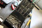 Drei Maschinen sind im Einsatz um das Metall aus den Stahlblöcken zu schneiden. Weniger aufwändige Gussformen werden mit einer herkömmlichen Fräsmaschine gefertigt.