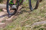 Schräg am Hang neigt ein stark abgebremstes Rad Richtung Tal zu rutschen.