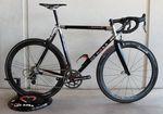 """Das De Rosa Sessanta Alumino ist nur in sehr begrenzter Auflage erhältlich. Das Sessanta ist eines von vier """"Black Label""""-Bikes, die De Rosa zum 60-jährigen Firmenjubiläum produzieren lies. Jedes der vier Bikes wurde nur 60 mal hergestellt."""