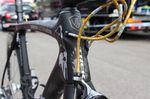 Cancellaras Kabel laufen durch ein Kabelsystem von Nokon. An seinem Aufwärm-Bike in Gold und später an der Rennmaschine in Rot. Man beachte auch die 7 Speere am Steuerrohr.