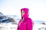 Blondine in den Bergen in pinker Berghaus Outdoor Jacke für Damen