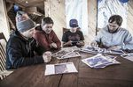 Teambesprechung: Jon Devore, Filippo Fabbi, Clark Fyans und Andy Farington; Foto: Red Bull