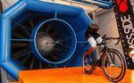 Die Performance-Daten der Tests am Laufrad im Windkanal können verloren gehen wenn man den Aufbau zu kompliziert gestaltet. Swiss Side nutzte deshalb einen halben Dummie, der den Tritt in die Pedale simulieren sollte. (Foto: ©Swiss Side)