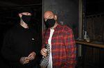 Vorbildlich: Felix Prangenberg und Andy Zeiss halten sich zwischen den Sitzplätzen an die Maskenpflicht im Bumann & Sohn