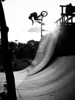 2012 / Christian Masur / Mellowpark Ich mag diese Bild, weil es zeigt, wie einfach es ist, BMX fahren zu gehen. Im Gegensatz zum Snowboarden oder Windsurfen braucht man nicht viel Equipment, eigentlich braucht man nur sein Bike und eine Boardsteinkante. Entstanden ist das Bild an einem ganz gewöhnlichen Mittwochnachmittag im Mellowpark, an dem ich zufällig meine Kamera dabei hatte.