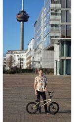 Fabian Bongers liebt Hawaiihemden und ist über SIBMX neu auf Hoffman Bikes und Erigen BMX